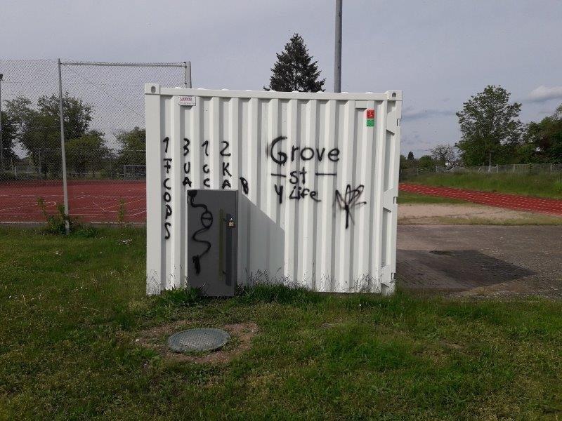 Vandalismus an der Sportanlage in Schwarzach, Bild eins besprühten Containers